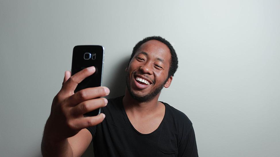 در هنگام عکاسی به صورت طبیعی لبخند بزنید